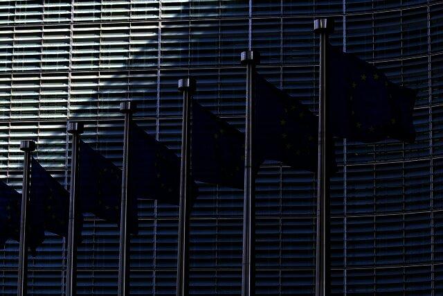 Voormalig EU-parlementslid Godfrey Bloom, die het banksysteem oplichterij noemt, koopt zijn eerste Bitcoin
